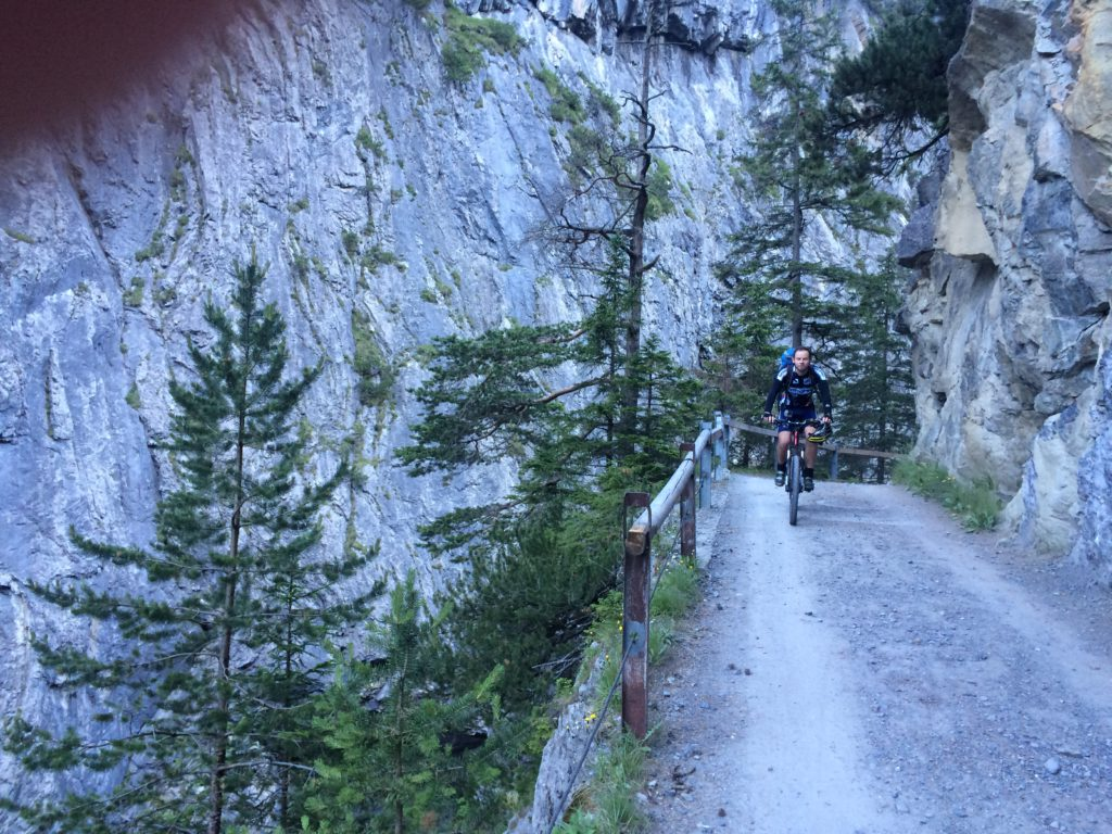 Ivan pedaliert hier locker die Uina-Schlucht auf dem Weg von der Schweiz nach Italien hoch