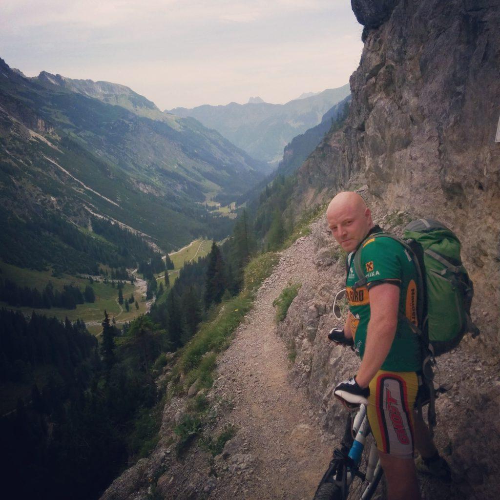 Alex auf dem Schrofenpass auf dem Weg von Oberstdorf nach Lech - Warum er so grimmig guckt ist nicht bekannt.