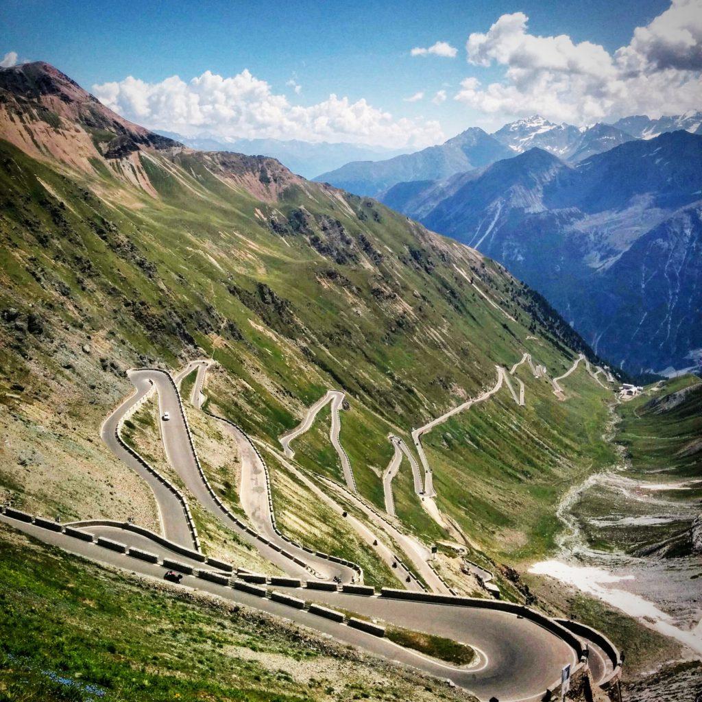 Eine der schwersten, asphaltierten Anstiege der Alpen: Hinauf auf 2700 m über das Stilfser Joch