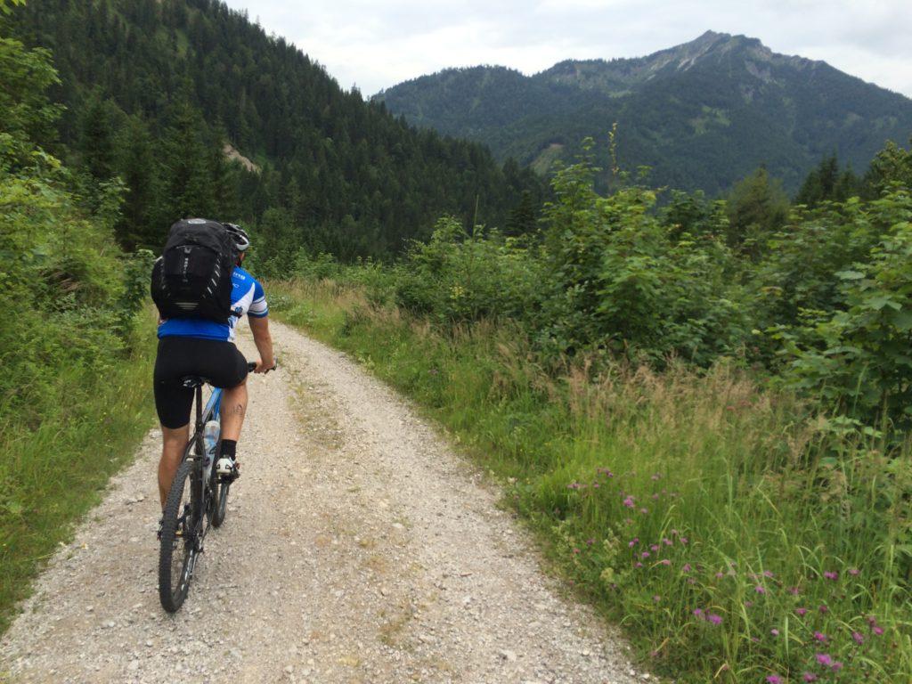 Auf sehr gut befahrbaren Feld- und Forststraßen geht es über die Brandenberger Alpen