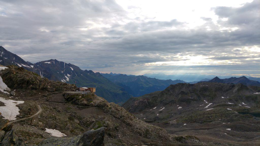 Der letzte Blick auf die Stettiner Hütte bevor es hinunter ins Pfossental geht