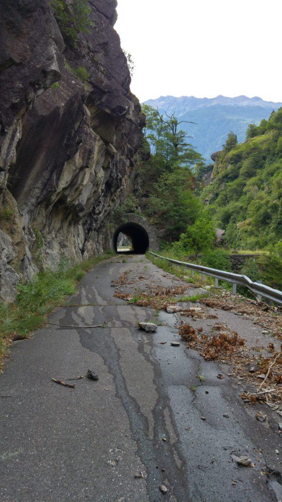 Später geht es über eine Straße hinunter ins Vinschgau. Um einen dunklen Tunnel zu vermeiden sollte man als Radfahrer auf eine alte, verlassene Landstraße ausweichen