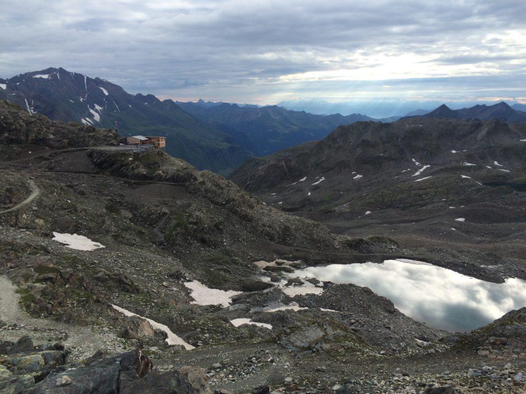 Hier noch ein Bild der aktuellen Stettiner Hütte vom Pass aus.